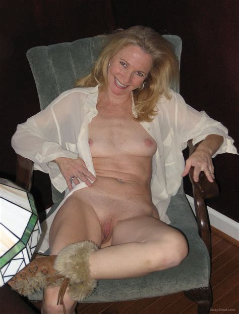 sexy blonde hot mom amateur pics showing off her stunning