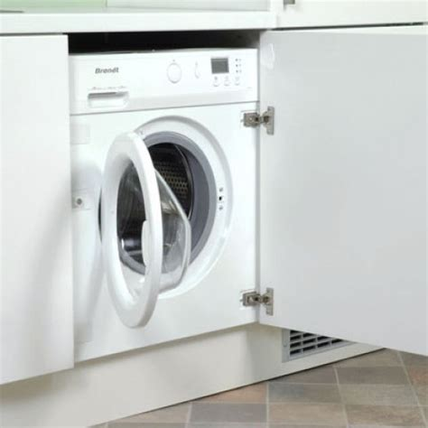 machine a laver dans la cuisine lave linge encastré sous un plan de travail de cuisine