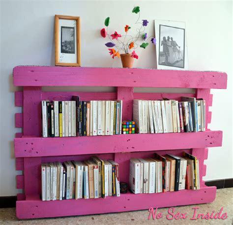 meubler une chambre adulte bibliothèque en palette palette en bois ne jetez plus