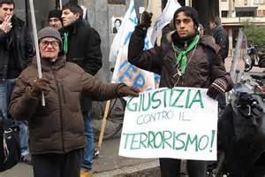 consolato brasiliano a roma in piazza tutti divisi contro il no all estradizione di