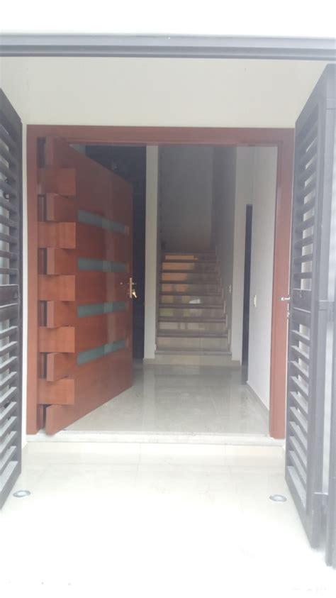 foto puerta principal en madera maciza de cedro de