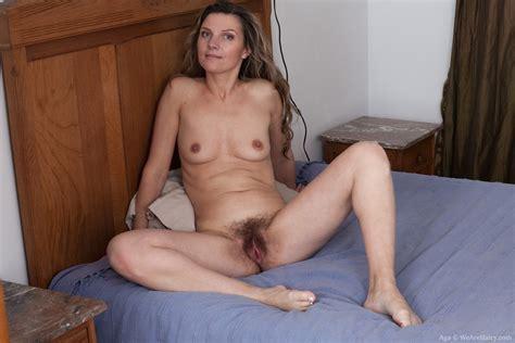 Amateur Milf Aga Displays Her Wide Open Beaver After