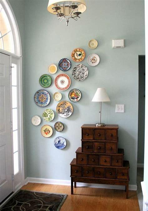 mit fotos dekorieren w 228 nde dekorieren 43 wanddeko ideen mit leinw 228 nden tellern und fotos