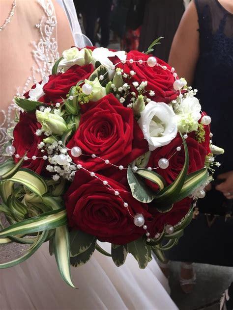 klassische brautkugel aus roten rosen heiraten mit brautde