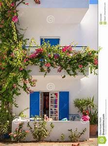 Haus Mit Fensterläden : das wei e haus mit typischen blauen fensterl den kreta stockfoto bild 69552080 ~ Eleganceandgraceweddings.com Haus und Dekorationen