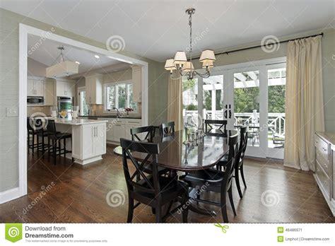 cucina con sala da pranzo sala da pranzo con la vista della cucina immagine stock