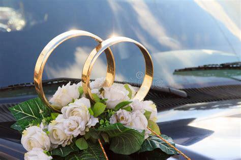 nevel bloemstuk voor een huwelijk op een auto stock