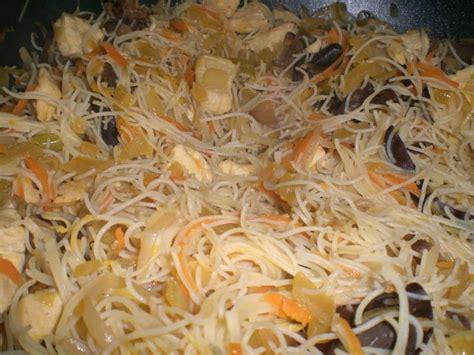 cuisine au wok poulet wok de vermicelles de riz sautées aux petits légumes et