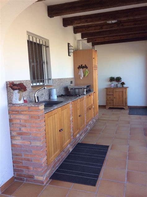 Cuisine extérieure en brique rouge,portes en bois à El