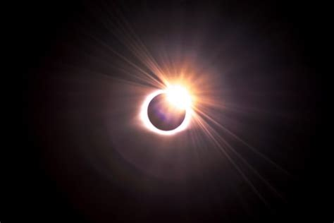 solar eclipse   turn sun  glowing ring  fire heres     spectacular