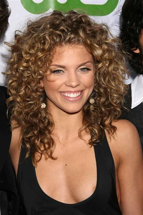 Short wavy hairstyles for round faces 2018 Womenstyle com