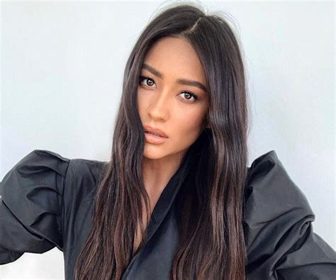 Shay Mitchell Biography - Facts, Childhood, Family Life ...