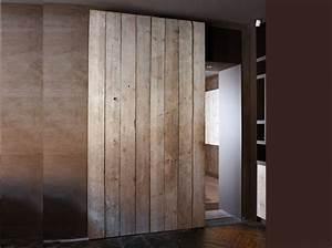 une porte coulissante en planches de bois usees maison With porte de douche coulissante avec meuble bois brut salle de bain