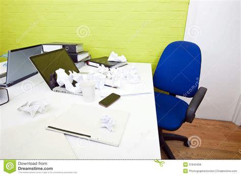 bureau avec rangement au dessus papier chiffonné au dessus d 39 ordinateur portable sur le