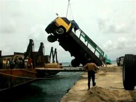 pos belitung truk tercebur  pelabuhan tanjung batu