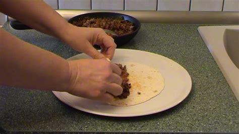 wraps richtig falten wraps richtig rollen rezept wraps mit zucchini h ttenk se und makrele wraps richtig rollen so