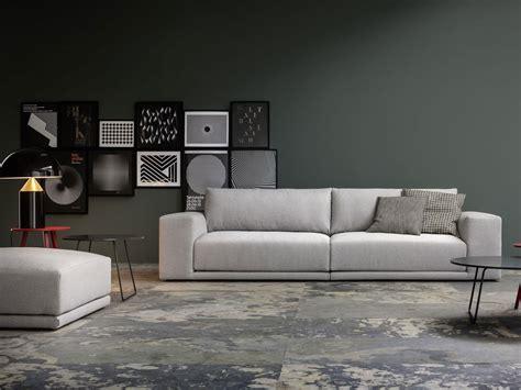divano e tv mobili per arredare il salotto