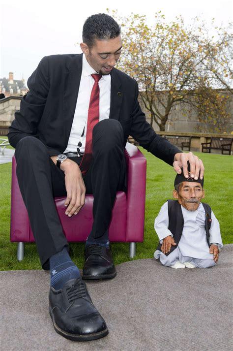 quand l homme le plus grand du monde rencontre le plus petit 13 novembre 2014 l obs