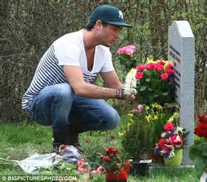 graveside flowers jade goody tweed and jackiey budden lay flowers at