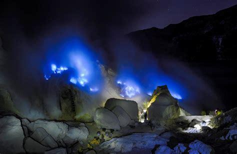 kawah ijen danau gunung api berselimut blue fire pesona