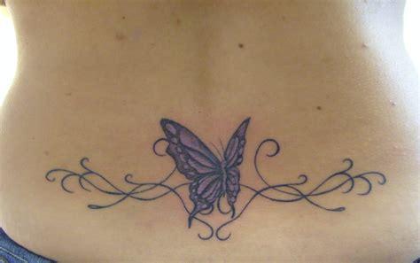 tatouage femme dos tatouage fleur et papillon bas du dos
