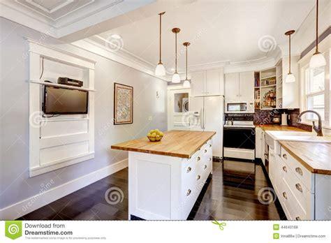 cuisine ikez cuisine blanche avec l 39 île de plan de travail et la tv en
