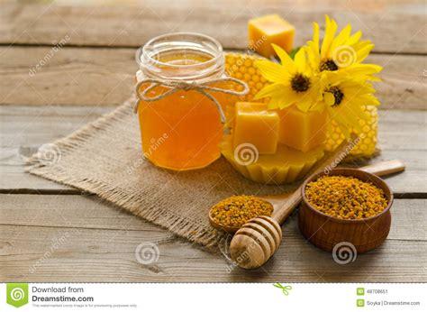 Wachs Auf Holztisch by Stillleben Vom Honig Wachs Bienenwaben Blumen Stockfoto