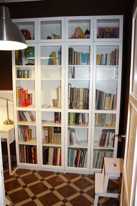 biblioteca muebles  lampara de ikea en blanco  metal