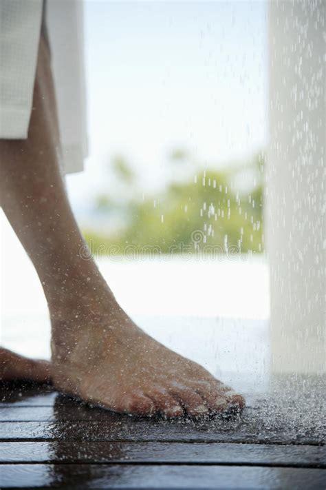 donna nuda sotto la doccia i piedi della donna sotto la doccia immagine stock
