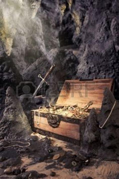 pirate photo de coffre au tr 233 sor ouverte avec de l or brillant dans une grotte banque d