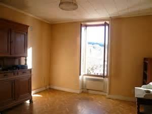aide pour couleur papier peint et sol lino dans un salon