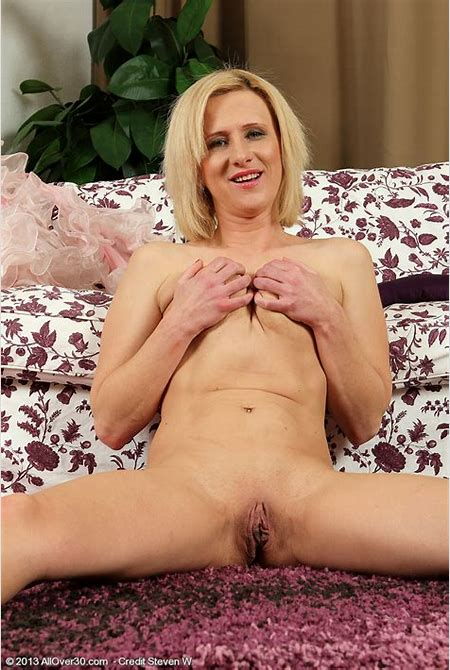 Cute MILF Elaine strips off lingerie » All Over 30 « Free Gorgeous Older Women Pictures @ Milf Realm