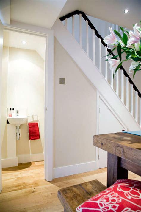 memanfaatkan ruang dibawah tangga rumah  desain tipe