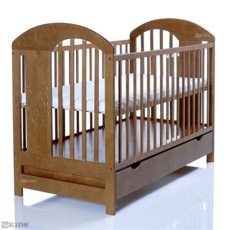 chambre bebe en pin lit bébé lasse marron 120x60 bois massif en pin avec un