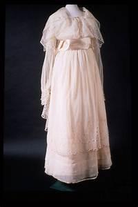 The white wedding dress history the royal history of for Origin of white wedding dress