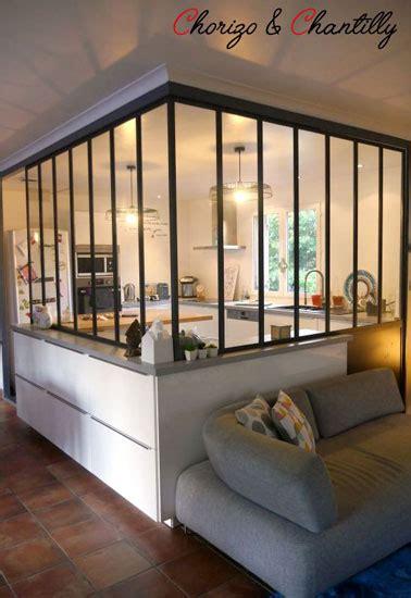 cuisine ouverte sur le salon déco cuisine esprit atelier avec une verrière intérieure