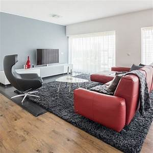 Teppich Unter Sofa : rote couch leder wohnzimmer steingrau wandfarbe anthrazit teppich holzboden wohnen pinterest ~ Markanthonyermac.com Haus und Dekorationen