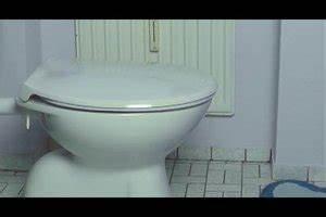Hängeschrank Aufhängen Anleitung : video toilettendeckel befestigen anleitung ~ Orissabook.com Haus und Dekorationen