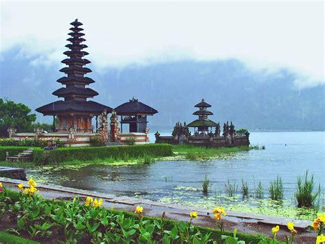 keindahan pura  tengah danau wisata  bali tempat