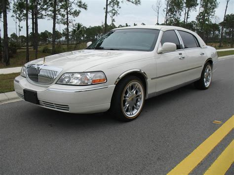 2004 LINCOLN TOWN CAR - Image #4