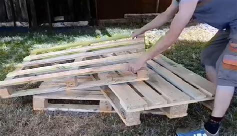 canapé palette bois il fabrique un canap 233 pour jardin avec 3 palettes de
