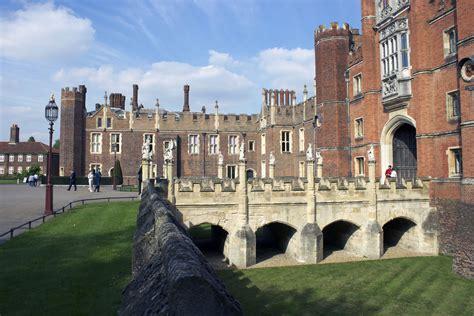 hampton court palace london images   tourist