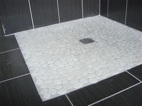 salle de bain gallet sol en galets blancs pour cette 224 l italienne retrouvez ce produit sur notre site web