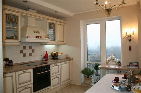 Бежевая классическая кухня 12 квм с выходом на балкон (14