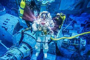 ESA - Space for Kids - Life in Space - Spacewalk training ...