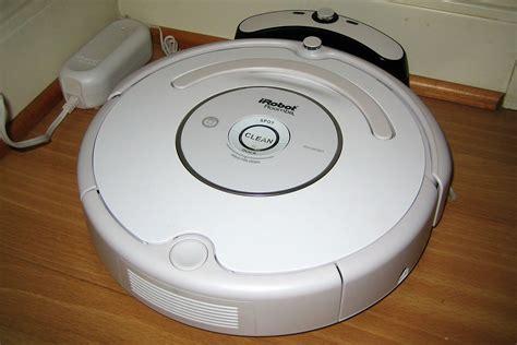 This Robot Vacuum Empties Its