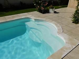 Réalisation d'une piscine coque polyester avec banquette et escalier roman à Istres modèle