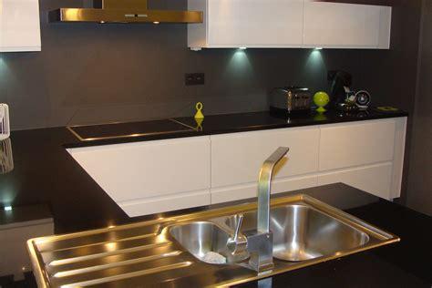 plan de travail cuisine granit cuisine laquée blanche plan de travail granit noir photo