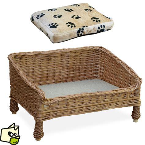 pipi de chien sur canapé en tissu lit en osier pour faire dormir chien et