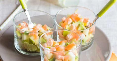 cuisiner l avocat verrines de crevettes saumon fumé laitue et smith